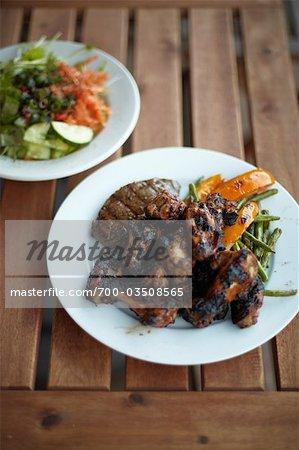 Bio Ruck-Huhn, Steak und gebratenen Gemüse mit Salat