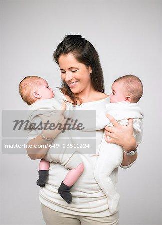Mère de deux bébés holding