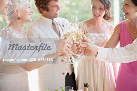 Familie Toasten mit Champagner auf Hochzeit