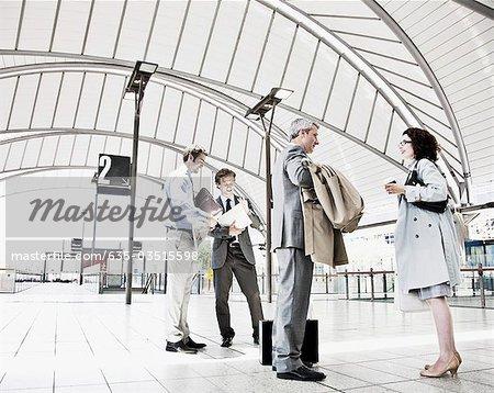 Les gens d'affaires en attente dans la gare