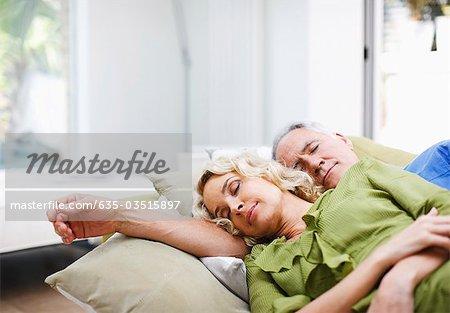 Couple pose ensemble sur canapé