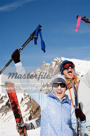 Jubel Paar Betrieb Skier und Stöcke