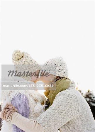 Mère fille hugging