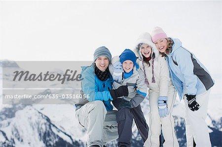 Familie auf verschneite Berggipfel