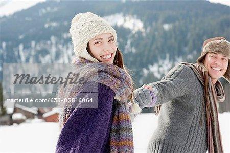 Paar Holding hands im Schnee