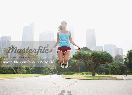 Femme saut à la corde dans le parc