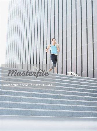 Frau, die sich urban Treppe
