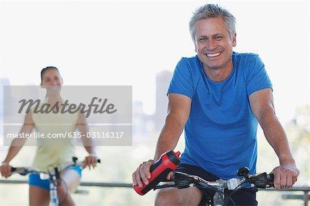 Paar, sitzen auf Fahrrädern