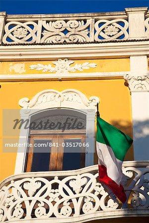 Drapeau sur le bâtiment, parc Colon, Central Park, Granada, Nicaragua, Amérique centrale