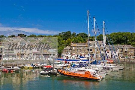 Port de boutiques touristiques, des petits bateaux et des yachts à marée haute à Padstow, Padstow, Cornwall du Nord, Angleterre, Royaume-Uni, Europe