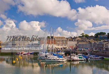 Port de petits bateaux et yachts à marée haute à Padstow, Padstow, Cornwall du Nord, Angleterre, Royaume-Uni, Europe