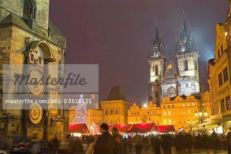 Ancien hôtel de ville, l'horloge astronomique, la cathédrale de Tyn et de la vieille ville à Noël temps, Prague, République tchèque, Europe
