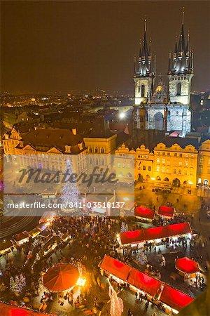 Place de la vieille ville et Cathédrale Tyn au moment de Noël, vu de l'ancienne mairie, Prague, République tchèque, Europe
