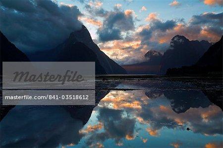 Coucher de soleil à Milford Sound dans le Parc National de Fiordland. Fiordland, île du Sud, Nouvelle-Zélande, Pacifique