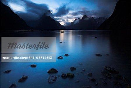 Obscurité descend à Milford Sound, Fiordland, île du Sud, Nouvelle-Zélande, Pacifique