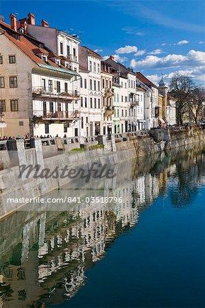 Maisons le long de la rivière Ljubljanica à Ljubljana, en Slovénie, Europe