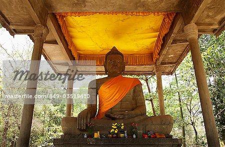 Statue en pierre de Bouddha portant la ceinture orange. Angkor Wat