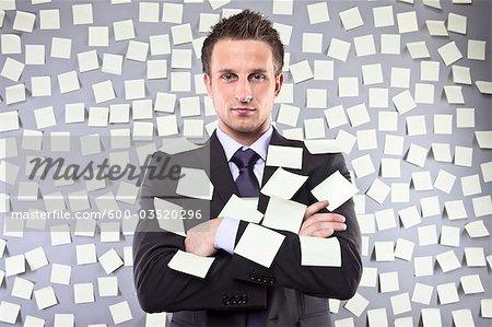 Homme d'affaires couvertes en soi Notes adhésives