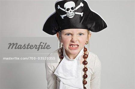 Fille habillée comme Pirate