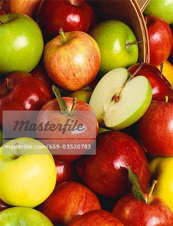 Verschiedenen ganzen Apfel mit einem halben Apfel