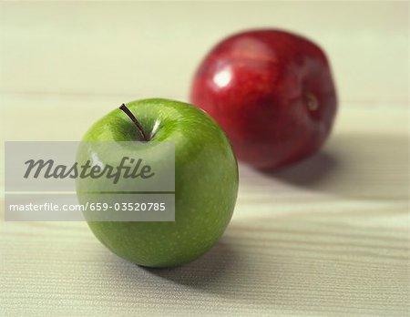 Deux pommes ; Vert et rouge