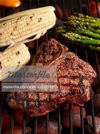 Bifteck d'aloyau sur le Grill au maïs et aux asperges