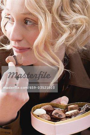 Young secrètement manger des chocolats