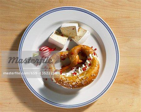 Brezel gefüllt mit Frischkäse und Camembert