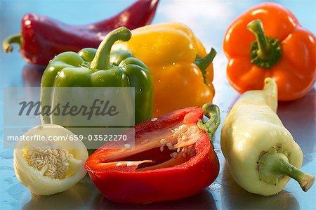 Différents types de poivrons, les entiers et les moitiés