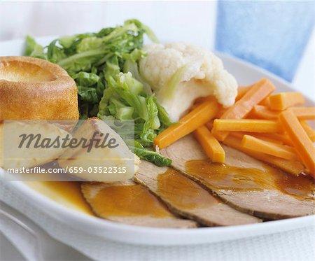 Rôti de boeuf avec Yorkshire pudding et de légumes (UK)