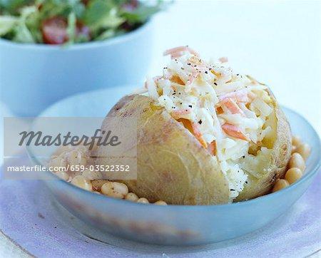 Pomme de terre au four avec salade de chou et les fèves au lard