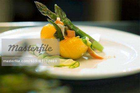 Gelbe Paprika gefüllt mit Spargel und Gemüse