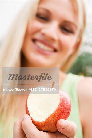 Jeune femme avec une pomme