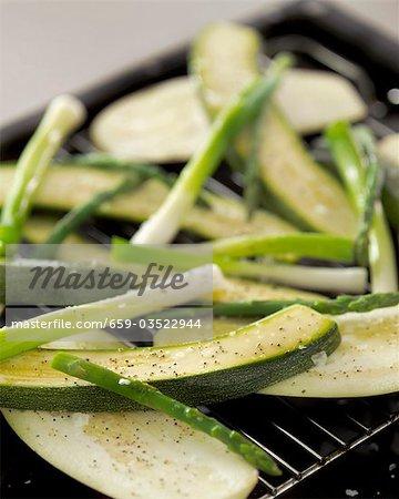 Griller les légumes (courgettes, asperges, oignons de printemps)