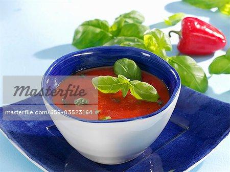 Tomaten und Paprika-Suppe mit Basilikum