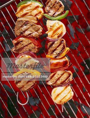 Échine de porc sur des brochettes sur le barbecue