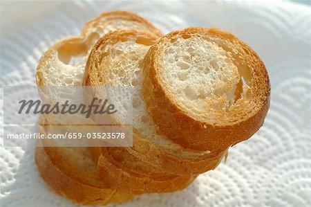 Fünf geröstete Baguette-Scheiben auf Küchenpapier