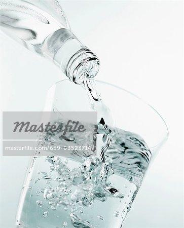 Verser un verre d'eau