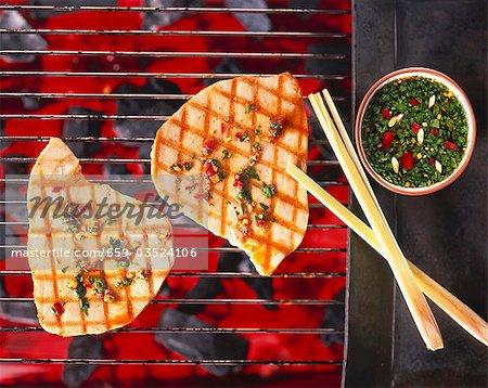 Dip de thon sur un barbecue avec la coriandre et piment