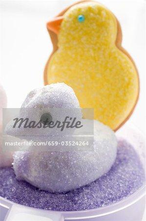 Baiser Küken mit lila Zucker, Kekse im Hintergrund Ostern