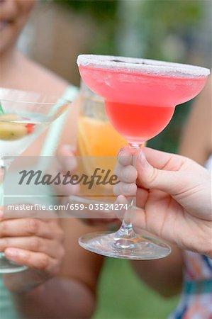 Femmes avec différentes boissons à l'extérieur