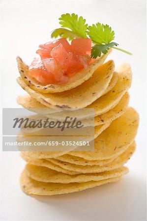 Tortilla-Chips, gestapelt, mit Tomaten-Salsa und Koriander