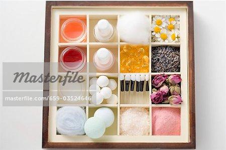 Une sélection de produits de beauté et de fleurs dans le cas de type