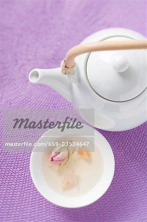 Teekanne und Schale mit Rosentee