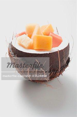 Salade de fruits exotiques à la noix de coco évidées