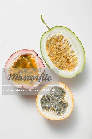 Différents types de fruits de la passion, coupées en deux