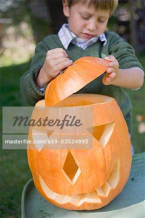 Kleiner Junge, Deckel auf Kürbis-Laterne