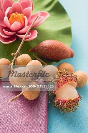 Fruits exotiques et nénuphar