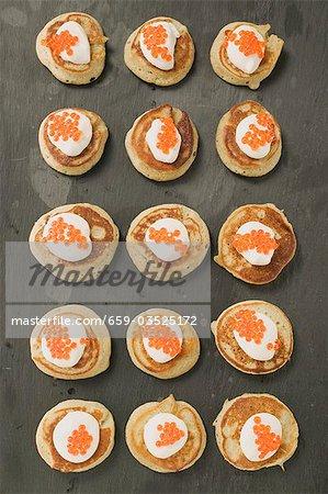 Blinis avec crème sure et caviar (vue aérienne)