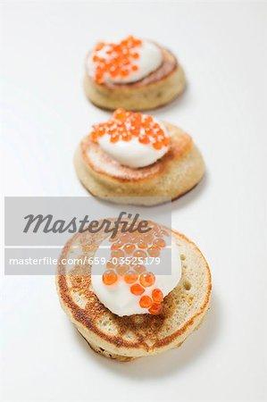 Trois blinis avec crème sure et caviar